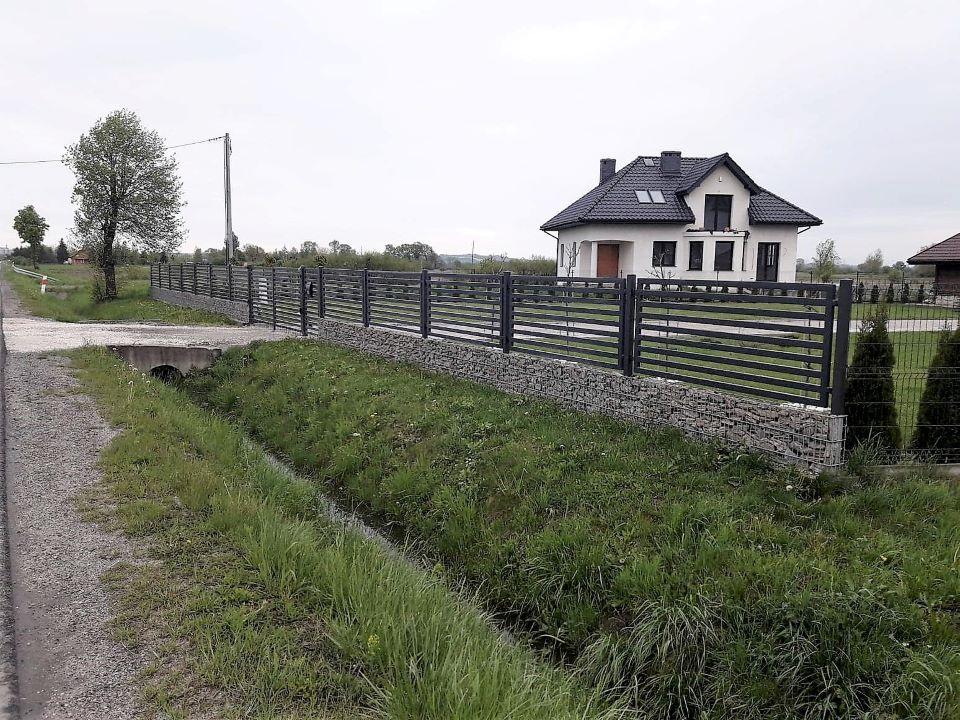 Ogrodzenie palisadowe P64 KONSPORT z podmurówką gabionową BORDER