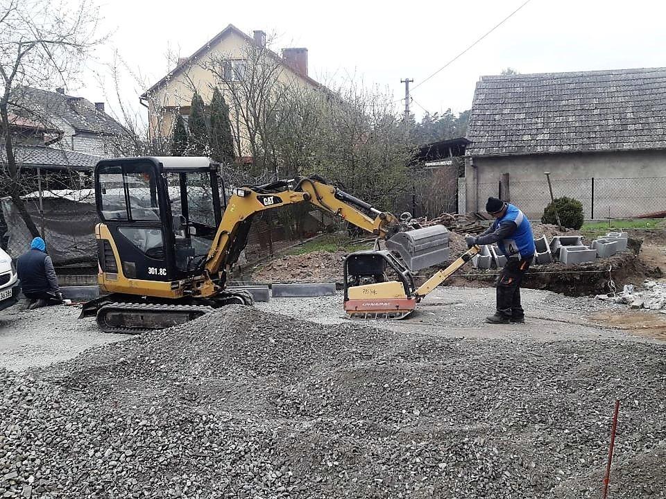 Prace ziemne przygotowanie terenu pod nawierzchnię z kostki BORDER ogrodzenia