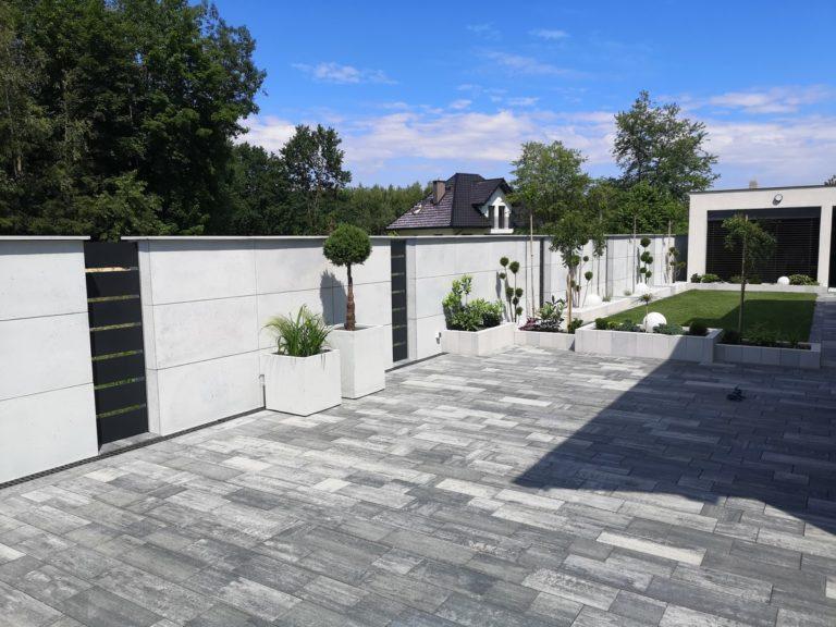 Płyty z betonu architektonicznego DECOBETON Ogrodzenie palisadowe KONSPORT P82 BORDER