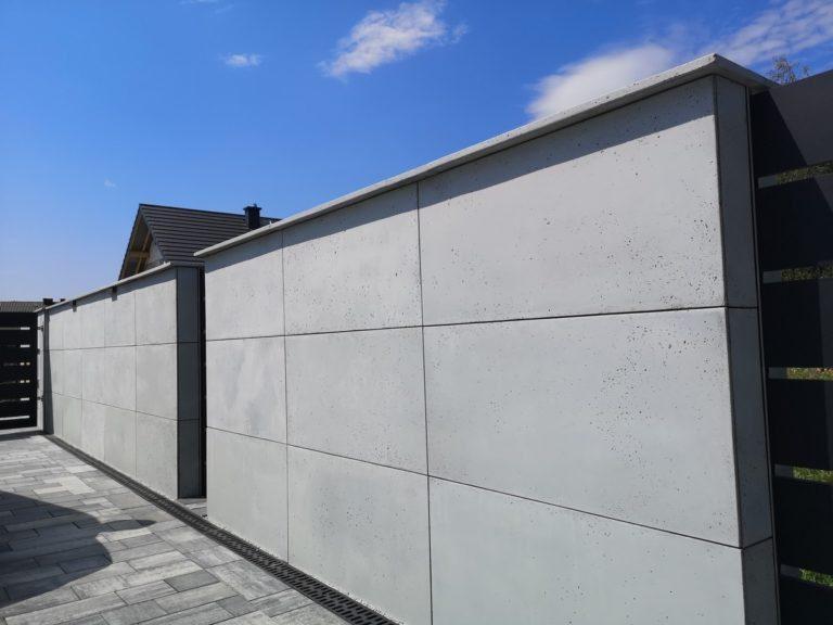 Płyty z betonu architektonicznego DECOBETON Ogrodzenie palisadowe KONSPORT P82 BORDER 2