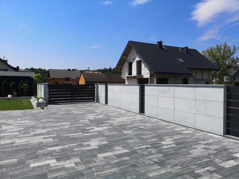 Płyty z betonu architektonicznego DECOBETON Ogrodzenie palisadowe KONSPORT P82 BORDER 3