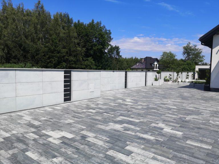 Płyty z betonu architektonicznego DECOBETON Ogrodzenie palisadowe KONSPORT P82 BORDER 5