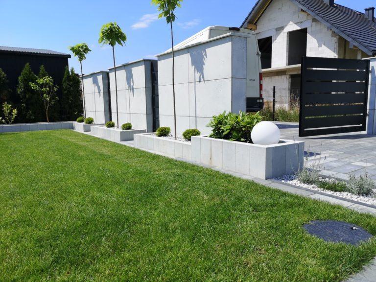 Płyty z betonu architektonicznego DECOBETON Ogrodzenie palisadowe KONSPORT P82 BORDER 6