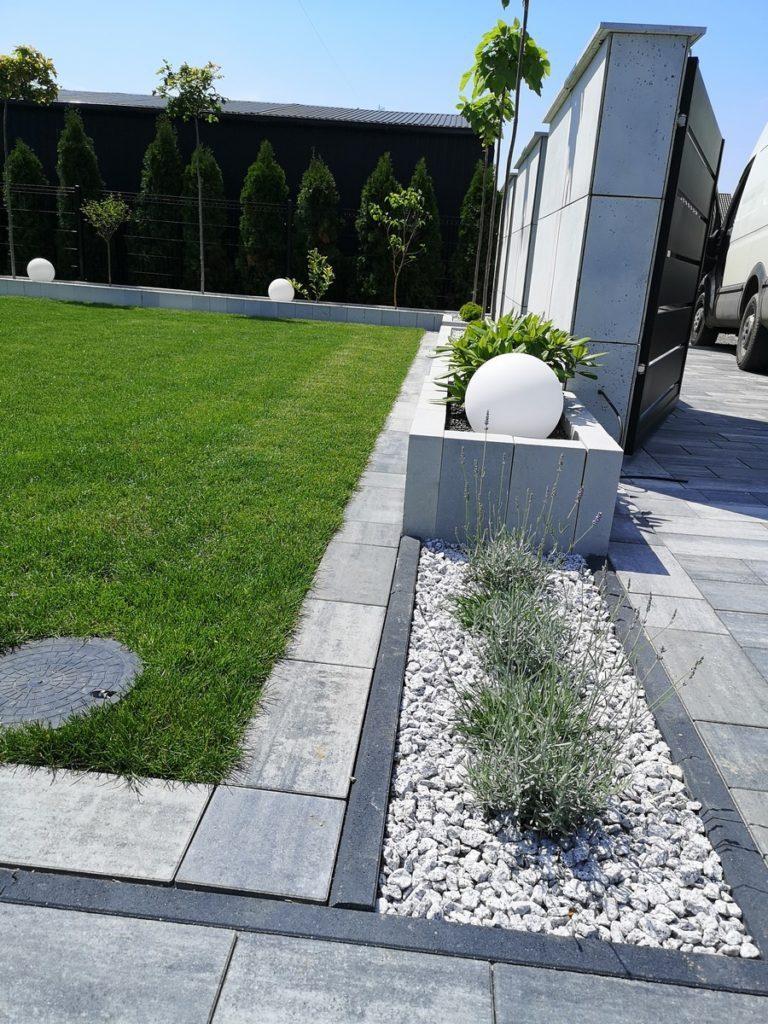 Płyty z betonu architektonicznego DECOBETON Ogrodzenie palisadowe KONSPORT P82 BORDER 7