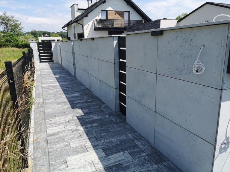 Płyty z betonu architektonicznego DECOBETON Ogrodzenie palisadowe KONSPORT P82 BORDER 8