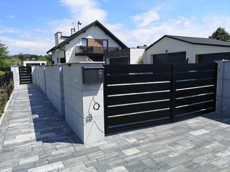 Płyty z betonu architektonicznego DECOBETON Ogrodzenie palisadowe KONSPORT P82 BORDER 9
